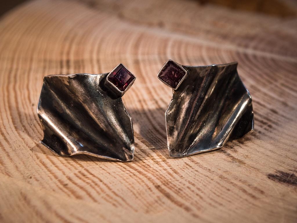 el-trebol-de-4-joyeria-de-autor-pendientes-cortos-granate